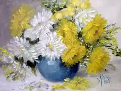 Poza Flori albe si galbene in vas albast